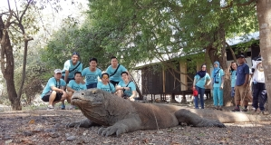 Komodo Sampai Ngiler Foto Bareng Ganteng2 Serigala